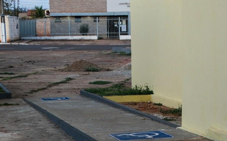 Via que acessa o prédio do Ministério Público